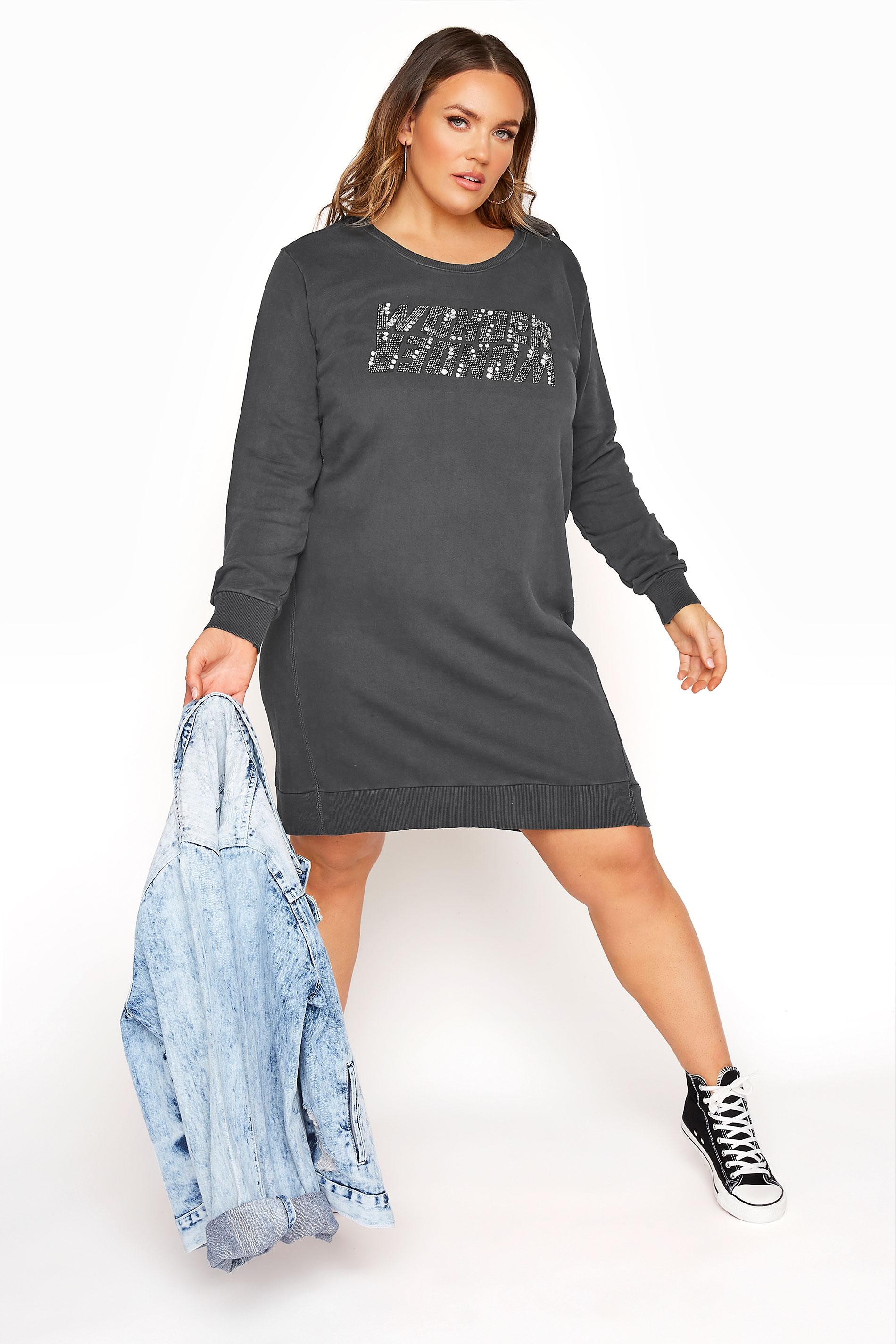 Graues verwaschenes Sweatshirt Kleid mit Diamantverzierung & Schriftzug 'Wonder'