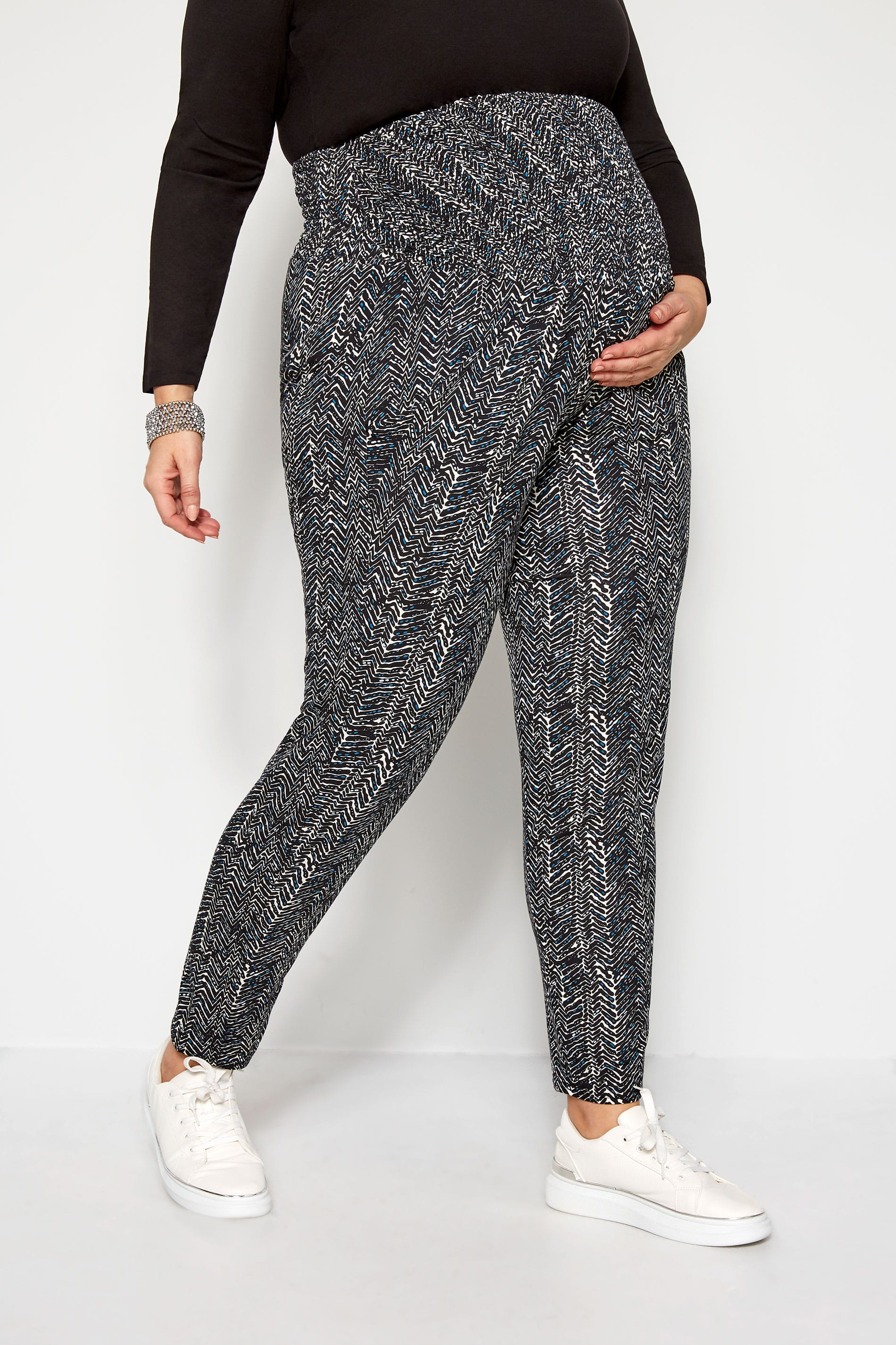 BUMP IT UP MATERNITY - Zwarte broek met aztec print