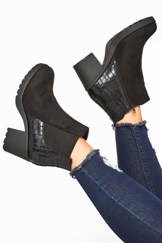Chelsea boots van imitatiesuède met krokodillenmotief en blokhak in zwart