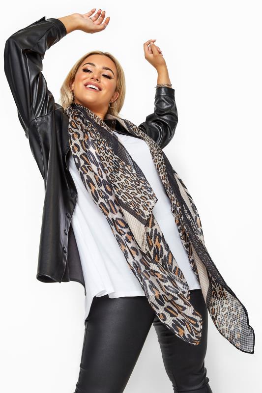 Brauner Schal mit Waffel Muster & Animal Print