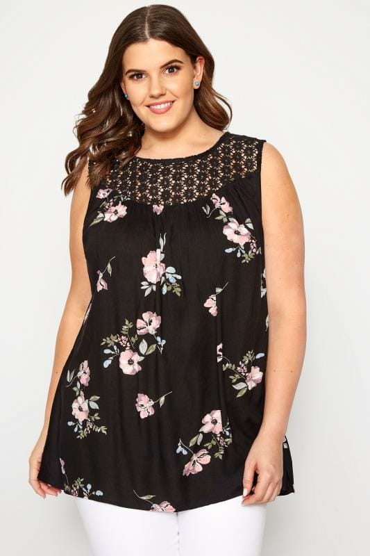 Большие размеры | Блузки Черная блузка с цветочным принтом и кружевной кокеткой