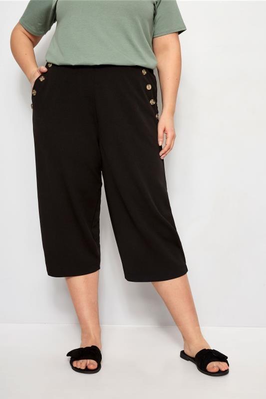 broekrokken & culottes Zwarte driekwart broek met knoopdetail