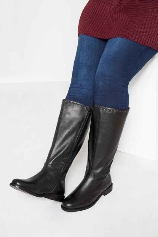 Zwarte leren laarzen met studs in een brede pasvorm
