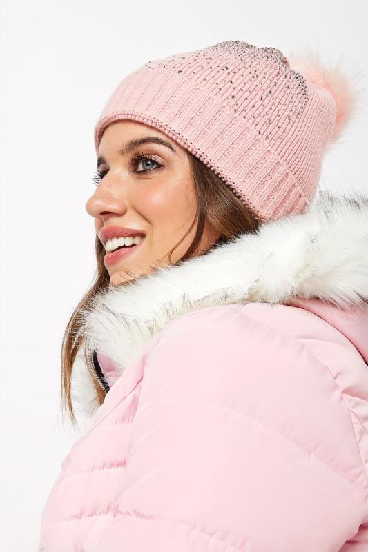 Большие размеры | Головные уборы Розовая шапка с большим помпоном и отделкой заклепками