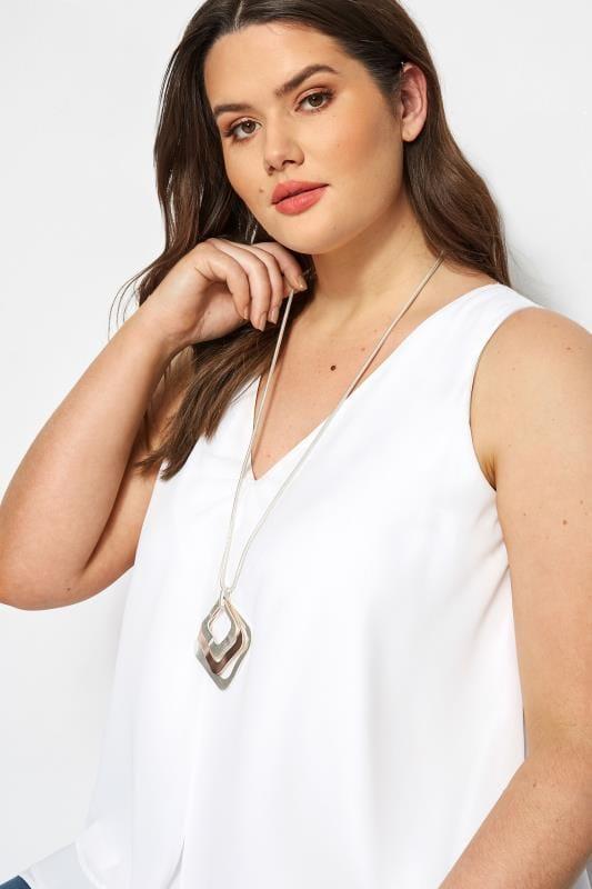 Halskette mit viereckigen Anhängern - Silberfarben