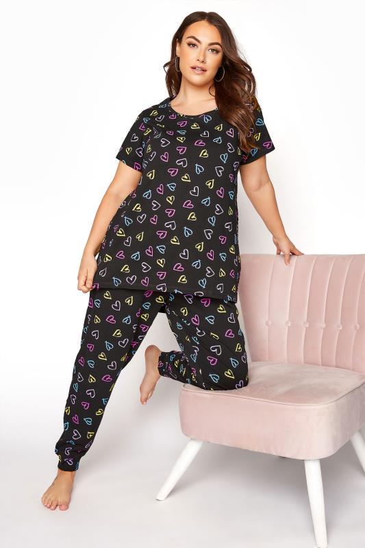 Schwarze Pyjamahose mit gezeichneten Herzen