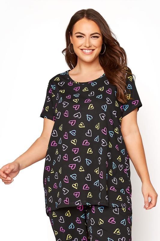 Schwarzes Pyjama-Oberteil mit gezeichneten Herzen