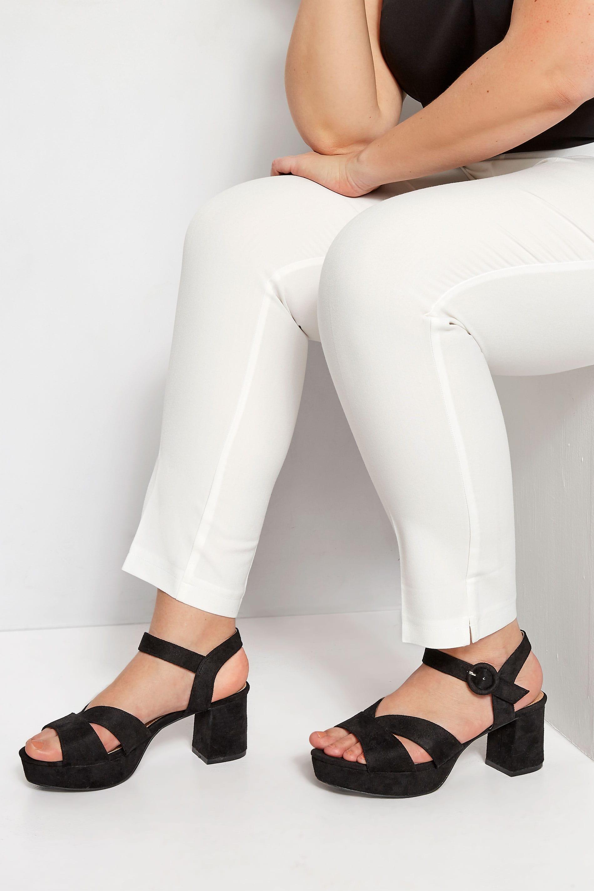Sandalen van imitatiesuède met blokhak in zwart